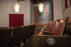 Stuhlreihe im Kunstdruck CentralTheater
